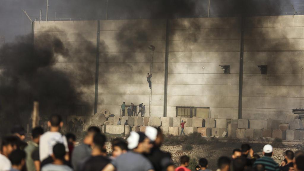 20.07.2018, Palästinensische Autonomiegebiete, Gazastreifen, Gaza: Palästinensische Demonstranten bei Auseinadersetzungen mit israelischen Soldaten an der Grenze zu Israel. Der Konflikt zwischen Israel und der im Gazastreifen herrschenden Hamas ist g