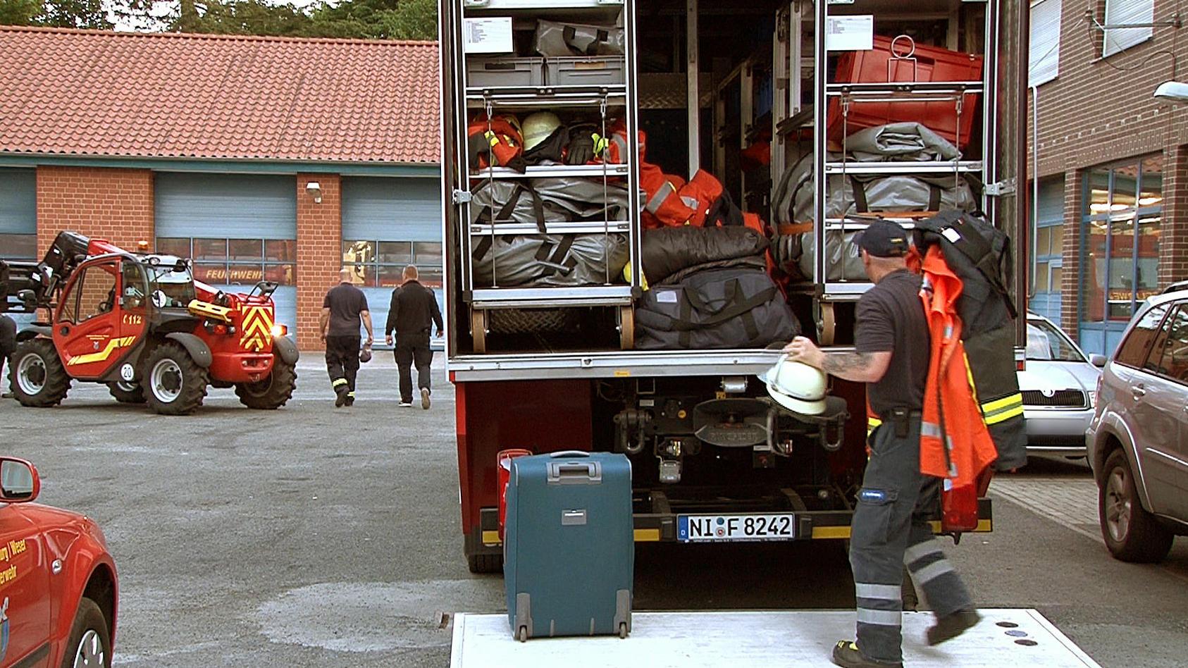 Die Feuerwehr aus Nienburg beim Aufbruch nach Schweden.