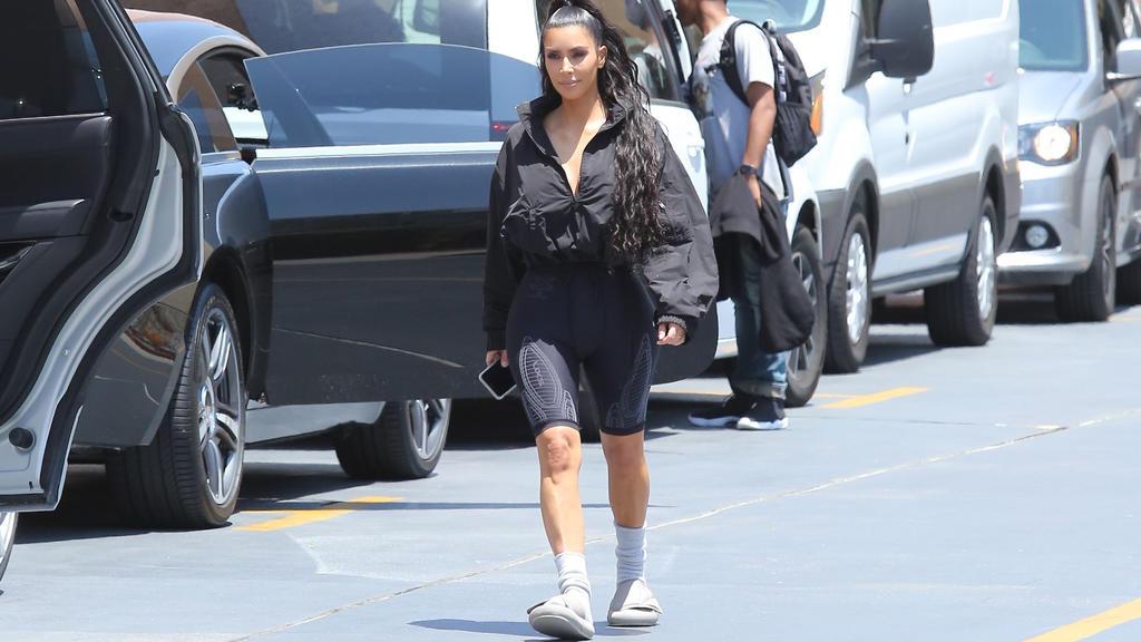Radlerhosen und Socken-Sandalen-Kombi: Kim Kardashian macht den 90er-Horror zum Sommertrend