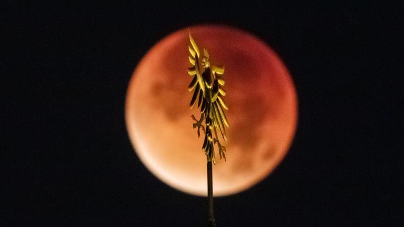 Zu einer Mondfinsternis kann es nur bei Vollmond kommen, denn Sonne, Erde und Mond müssen sich auf einer Linie befinden.