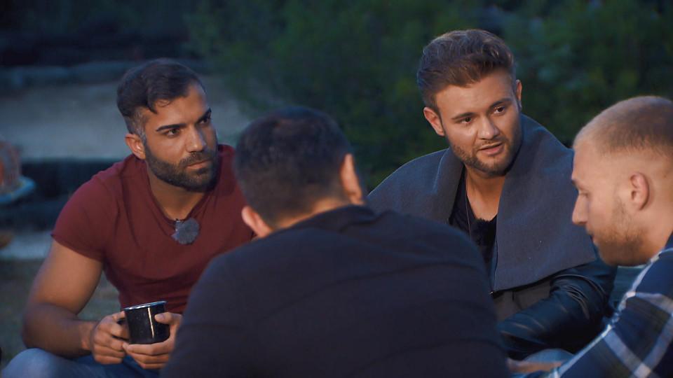 Rafi sucht den intensiven Blickkontakt mit Nadine. Doch auch die anderen Männer suchen ihre Aufmerksamkeit.