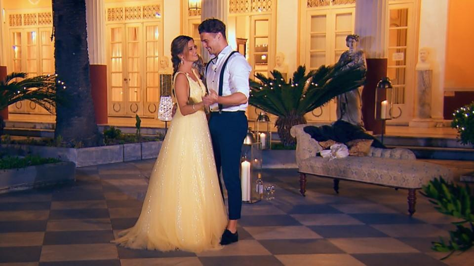 Ganz romantisch bittet Alex seine Nadine zum Tanz.