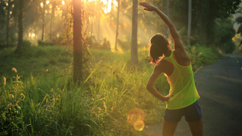 Läuferin dehnt sich nach dem Laufen.