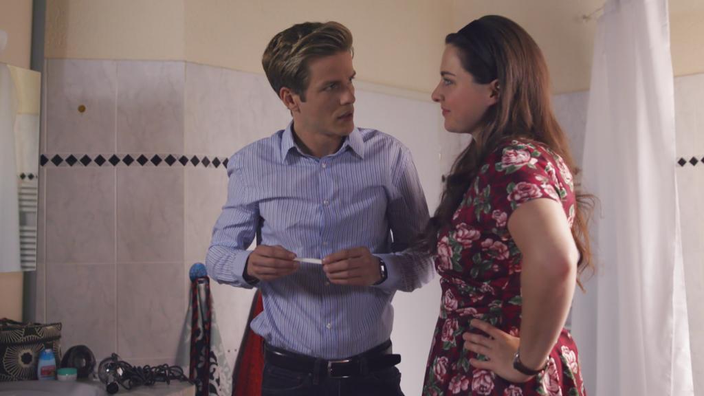 Unter uns: Saskia macht in Marcs Beisein einen Schwangerschaftstest.
