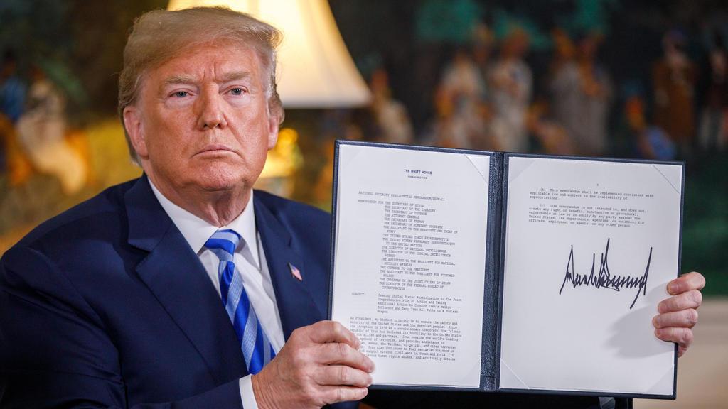 Donald Trump zeigt die Erklärung zum Ausstieg der USA aus dem Atomabkommen mit dem Iran