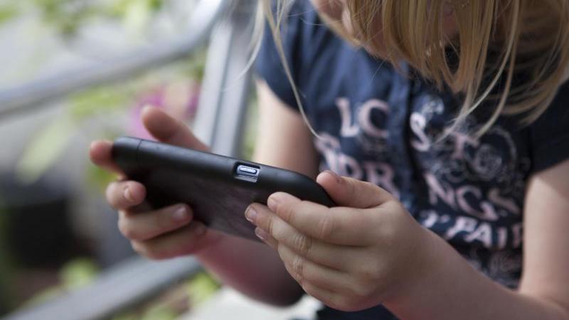 Einmal in die Hand genommen, fällt es auch Kindern schwer, das Smartphone wieder wegzulegen. Eltern sollten deshalb klare Regeln zur Nutzung vorgeben. Foto: Silvia Marks