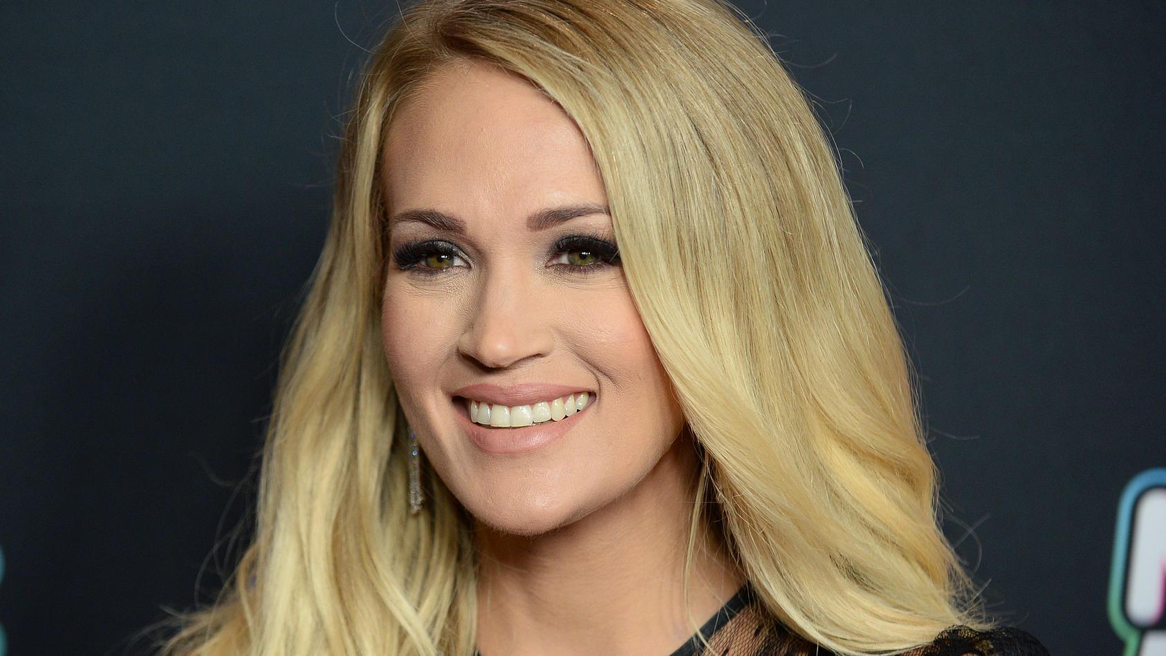 Carrie Underwood zeigt Fans ihren stahlharten Sixpack.