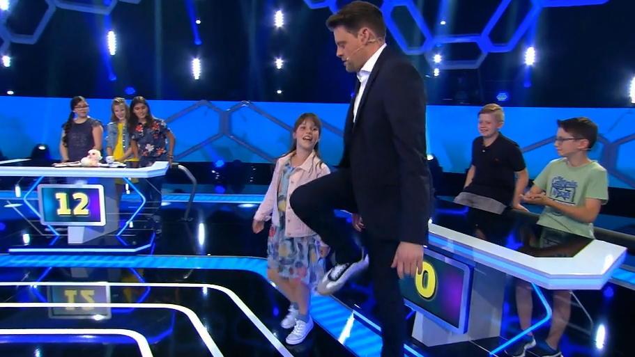 """""""Einstein Junior""""-Kandidatin Klara mit Moderator Max Giermann."""