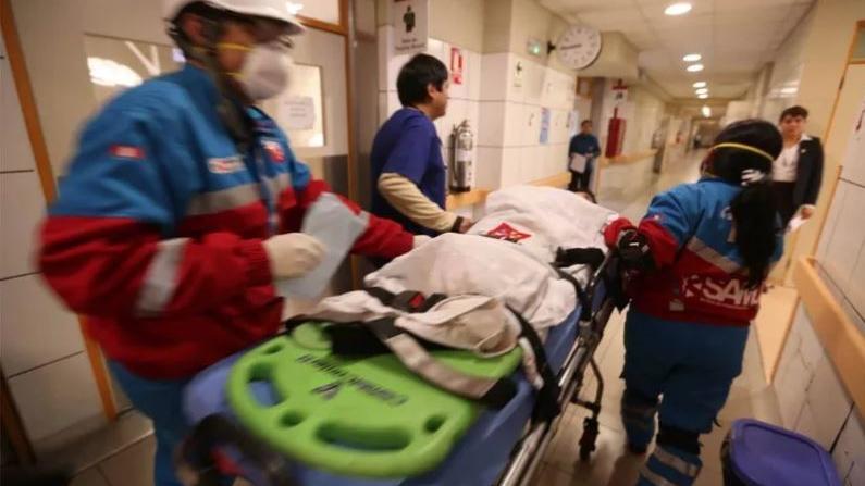 Peru: Vergifteter wird ins Krankenhaus eingeliefert