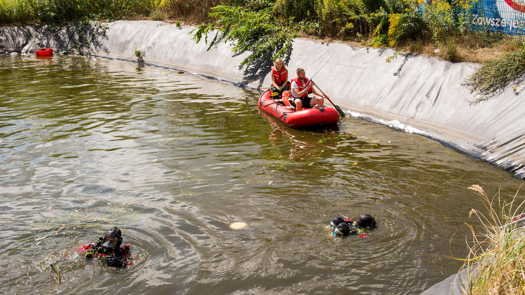 Taucher suchen in dem Wasserbecken nach weiteren Kindern. Zunächst war nicht klar, wie viele in das Becken gefallen sind.