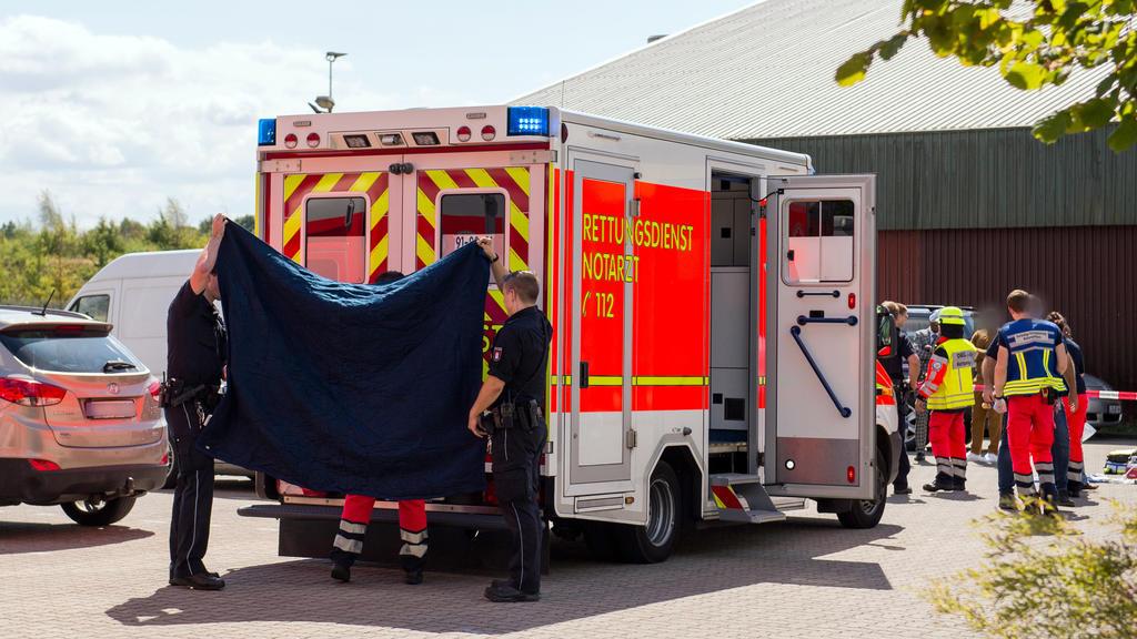 10.08.2018, Schleswig-Holstein, Glinde: Ein Rettungswagen steht auf dem Gelände eines Hotels. Zwei Kinder sind auf dem Gelände in ein Regenrückhaltebecken gefallen. Retter hätten sie aus dem Wasser geholt und reanimiert, sagte ein Polizeisprecher. Fo