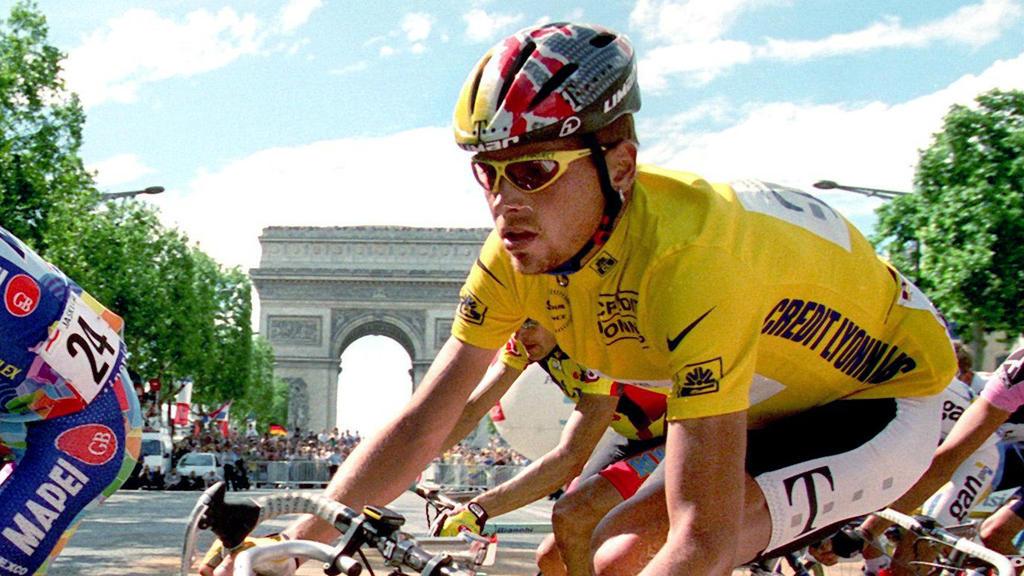 ARCHIV - Der 23jährige Radprofi Jan Ullrich vom Team Deutsche Telekom steuert im Gelben Trikot des Tour de France-Spitzenreiters im Fahrerfeld auf den Champs Elysees in Paris dem Ziel entgegen (Archivfoto vom 27.07.1997). Ullrich ist am Freitag (30.0