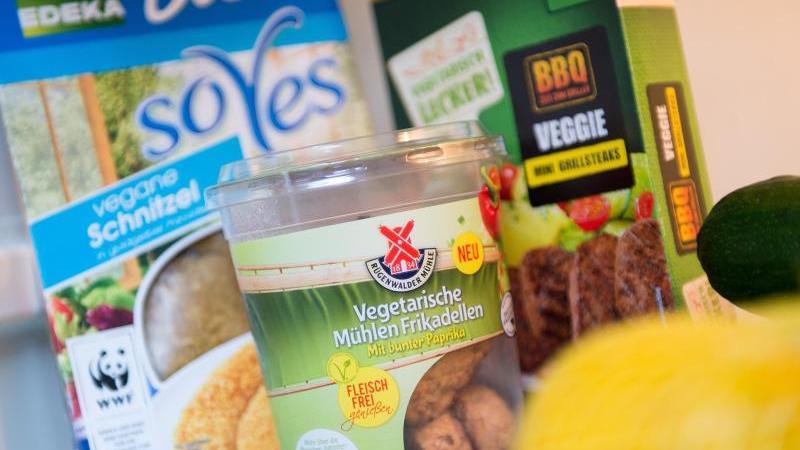 Auch große Marken bieten inzwischen tierfreie Schnitzel und Würste an. Sie enthalten oft viel Salz und ungesättigte Fettsäuren. Foto: Marius Becker