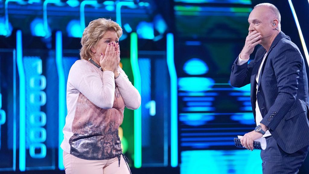 """""""The Wall""""-Moderator Frank Buschmann mit Kandidatin Gabriele (58) aus Bergheim."""