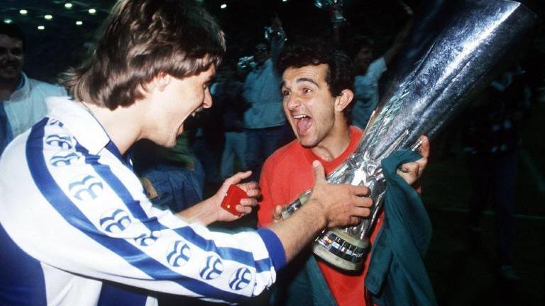 Bildnummer: 01003447  Datum: 18.05.1988  Copyright: imago/Sven SimonFalko Götz (li.) und Tita (beide Leverkusen) mit dem UEFA-Pokal; Vneg, quer, close, Sieg, Sieger, Pott, Pokal, Trophäe, Europapokalsieger, Europacupsieger, Europacupsieg, Europapokal