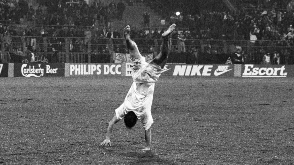 Fußballprofi Wynton Rufer von Werder Bremen macht jubelnd einen Handstand nach dem Spielende im Champions-League-Spiel gegen den RSC Anderlecht am 08.12.1993 in Bremen. Foto: +++(c) Picture-Alliance / ASA+++