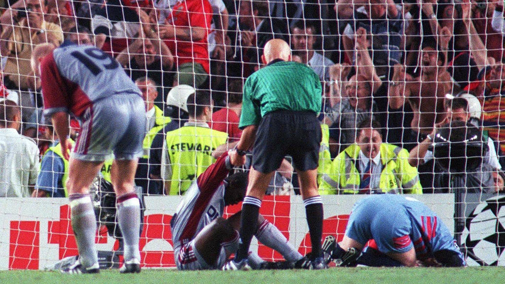 BARCELONA, SPAIN - MAY 26:  CHAMPIONS LEAGUE 98/99 FINALE, Barcelona/ESP; FC BAYERN MUENCHEN-MANCHESTER UNITED 1:2; v.l.n.r.: Carsten JANCKER/BAYERN, Samuel KUFFOUR/BAYERN; Schiedsrichter Pierluigi COLLINA/ITA, Torwart Oliver KAHN/BAYERN enttaeuscht