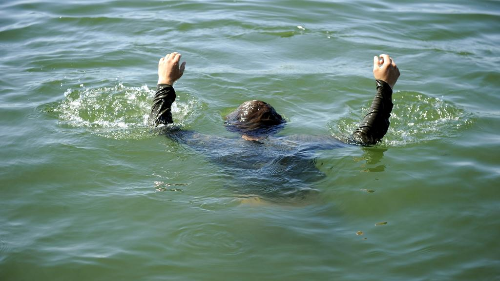 Ertrinkender im Wasser