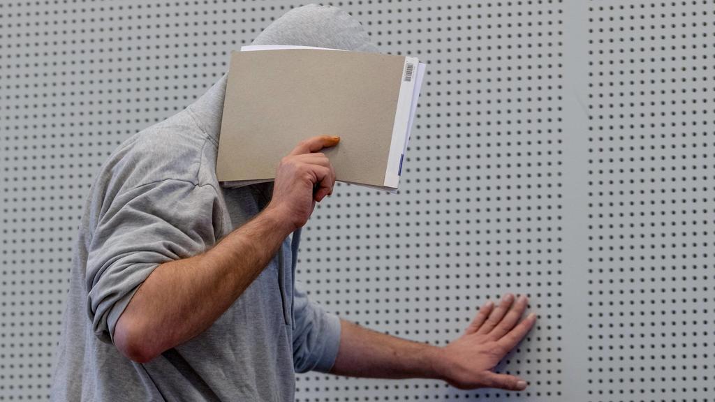 Landgericht Limburg Prozess Elysium 22.08.2018, Limburg: Landgericht Limburg, Prozess Elysium. Kinderpornografisches Netzwerk im Darknet. Vier Angeklagten im Alter von 40 bis 62 Jahren, wird zur Last gelegt wird, die kinderpornographische Plattform E