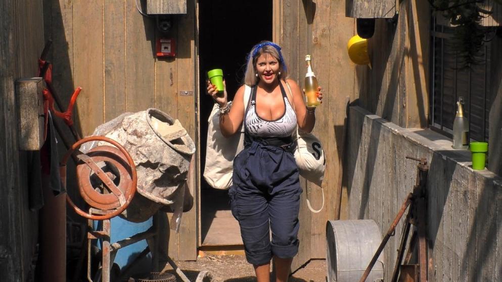 Zog mit einer Pulle (alkoholfreiem) Sekt wieder in den Container: Sophia Vegas