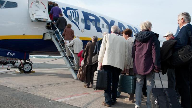 Für Fluggäste mit normalem Ticket heißt es in Zukunft: Eine Handtasche darf mit in die Kabine, aber mehr nicht. Foto: Jochen Lübke