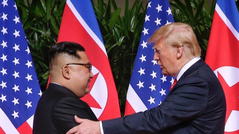 Historisches Treffen:US-Präsident Donald Trump und der Machthaber von Nordkorea, Kim Jong Un, geben sich die Hand. Foto: Kevin Lim/The Straits Times/BERNAMA