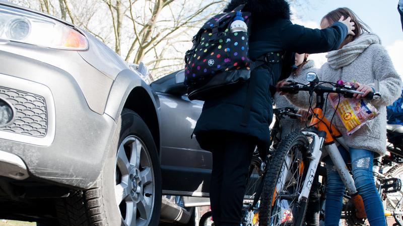 Fahrräder auf Gehweg