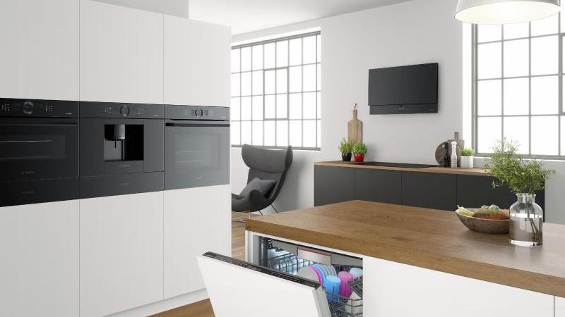 """Bosch stellt auf der IFA eine neue Serie von komplett schwarzen Einbaugeräten mit dem Namen """"accent line carbon black"""" vor. Foto: Bosch Hausgeräte"""