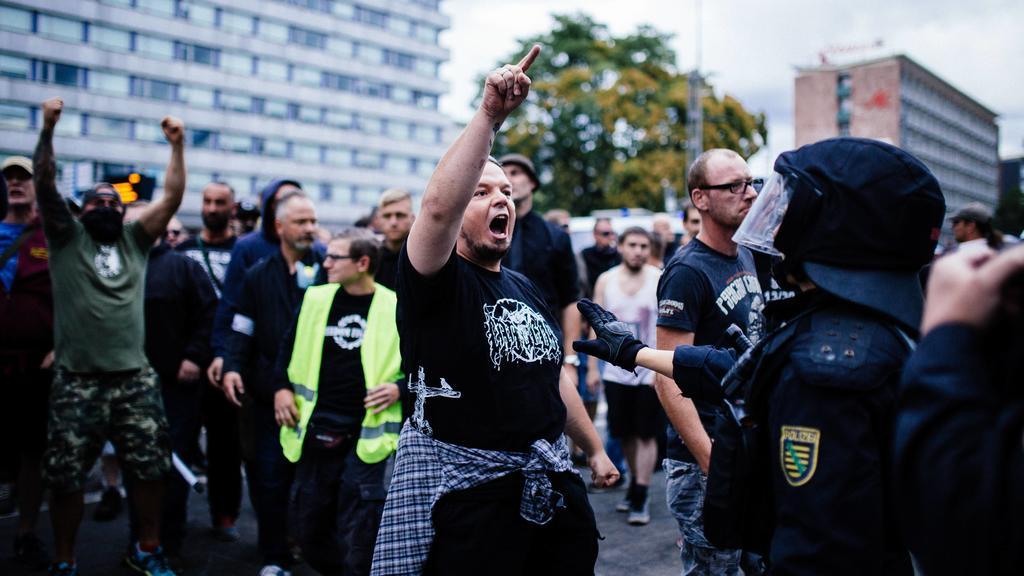 27.8.18 - Ausschreitungen bei Pro Chemnitz Veranstaltung - Nach dem Tod eines jungen Mannes bei einer Messerstecherei am frühen Sonntagmorgen, versammelten sich mehrere tausend Personen aus dem gesamten rechtsextremen Spektrum und Hooligan Milieu in