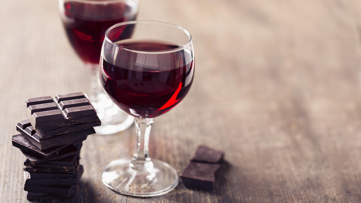 """Bei der """"Sirtfood""""-Diät darf zum Gläschen Rotwein Schokolade genascht werden."""