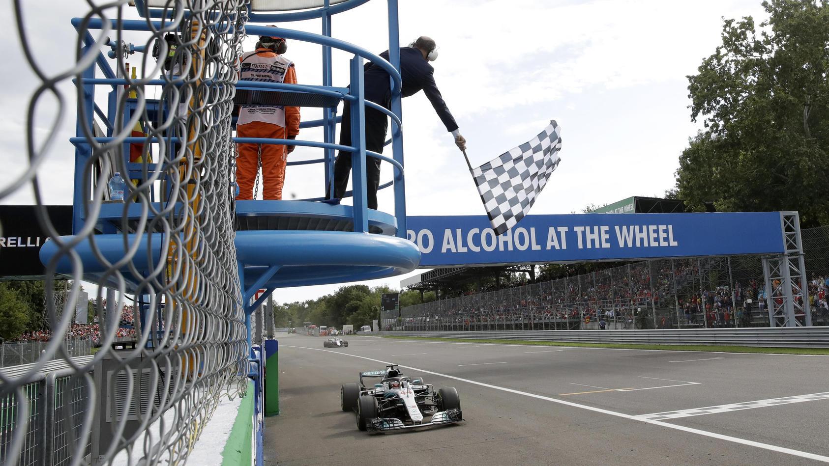 Lewis Hamilton hat Sebastian Vettel ausgerechnet beim Ferrari-Heimspiel eine krachende Niederlage zugefügt