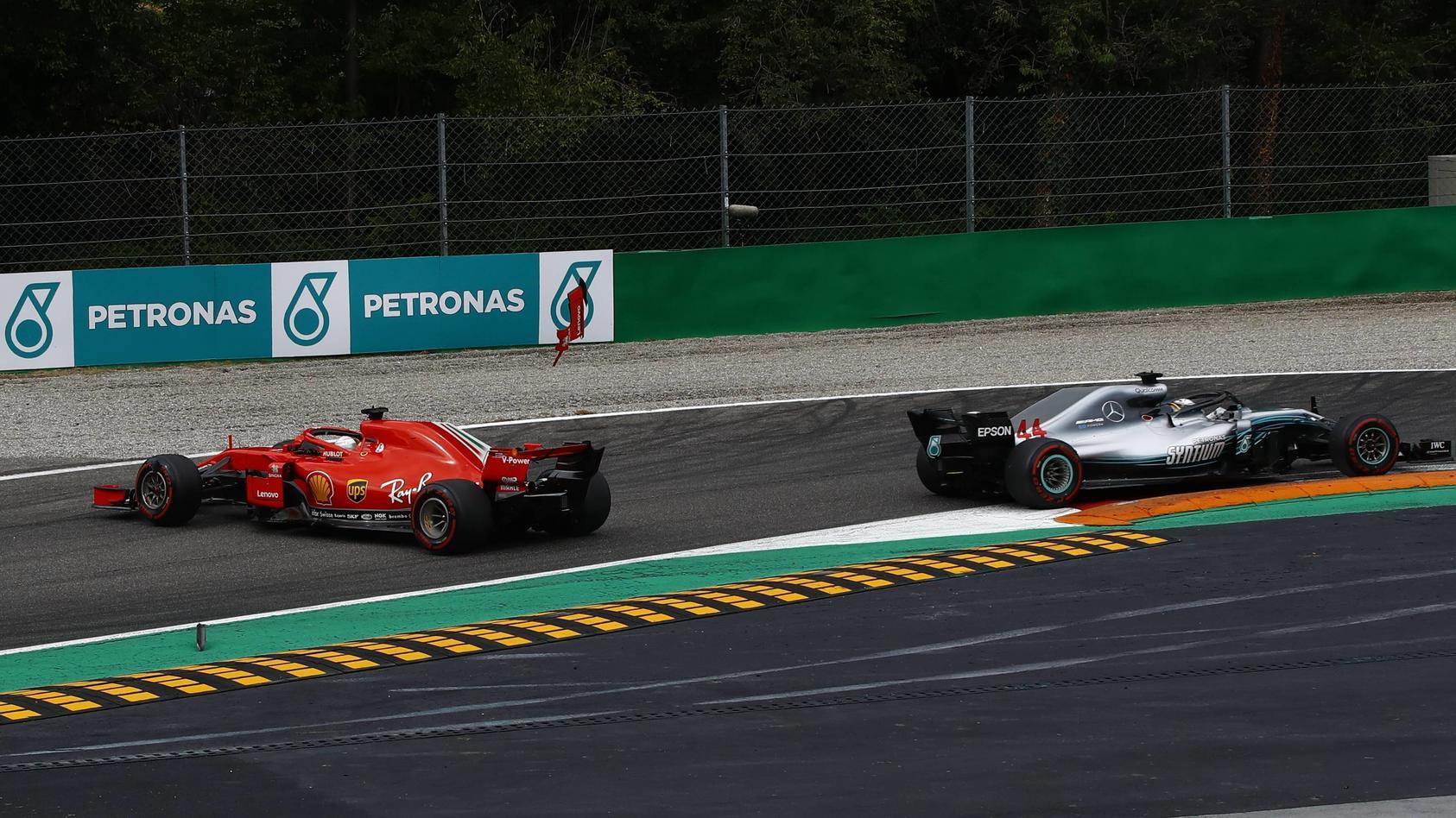 Die entscheidende Szene in Monza: Sebastian Vettel und Lewis Hamilton geraten aneinander. Der Ferrari dreht sich, der Silberpfeil fährt weiter.