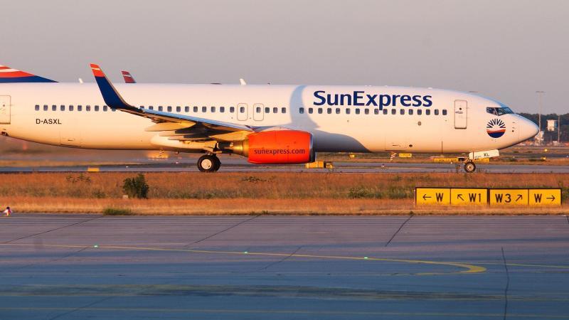 Eine Boeing 737-800 der Fluggesellschaft SunExpress Deutschland startet vom Flughafen in Frankfurt am Main. Foto: Christoph Schmidt