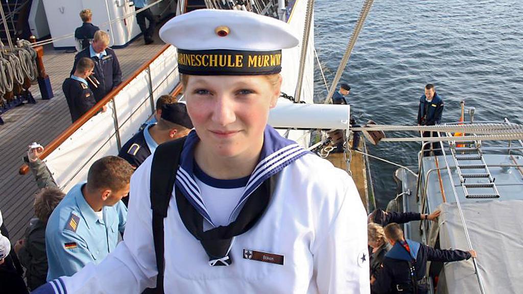 Das Privatfoto der Eltern vom Freitag (15.08.2008) zeigt die 18-jährige Offiziersanwärterin der Bundesmarine Jenny Böken an Bord der Gorch Fock im Hafen von Mürwick. Elf Tage nach ihrem Verschwinden ist eine Soldatin des deutschen Segelschulschiffs «