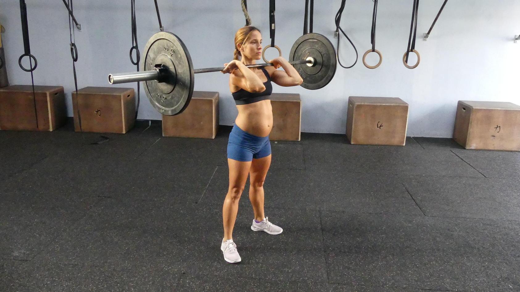 Eine untrainierte Frau sollte in der Schwangerschaft nicht mit dem Gewichtheben anfangen. Für Estefanía gehört das immer noch zum normalen Training. Auf dem Foto ist sie im 6. Monat schwanger.