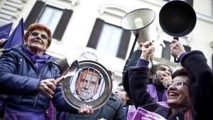 'Au Backe': Silvio Berlusconi und die Frauen. Es könnte kein gutes Ende für ihn nehmen.