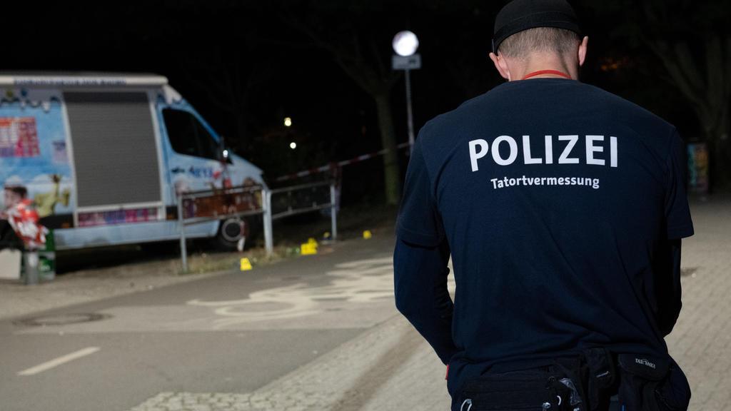 09.09.2018, Berlin: Ein Kriminaltechniker steht an einem Zugang zum Tempelhofer Feld in Berlin-Neukölln. Dort wurde ein Mann durch Schüsse lebensgefährlich verletzt. Der Verletzte wurde in ein Krankenhaus gebracht. Dort starb er an den Verletzungen.