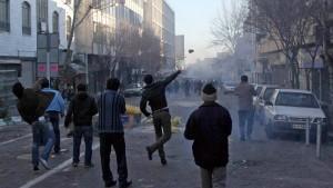 In Teheran versammeln sich zahlreiche Regierungsgegner zu einem Protestmarsch. Dabei kommt es zu Zusammenstößen zwischen den Demonstranten und Sicherheitskräften
