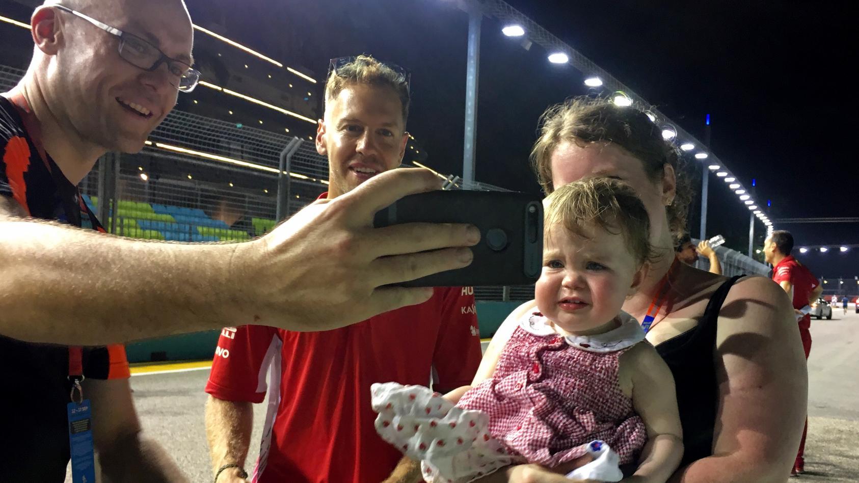 Sebastian Vettel und seine kleinen Fans in Singapur