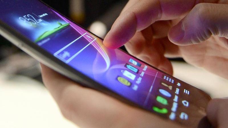 Vom Smartphone schnell eine Überweisung machen: Laut Stiftung Warentest ist das genauso sicher wie am Rechner. Tabu sein sollten aber Überweisungen in öffentlichen WLAN-Netzwerken. Foto: Britta Pedersen