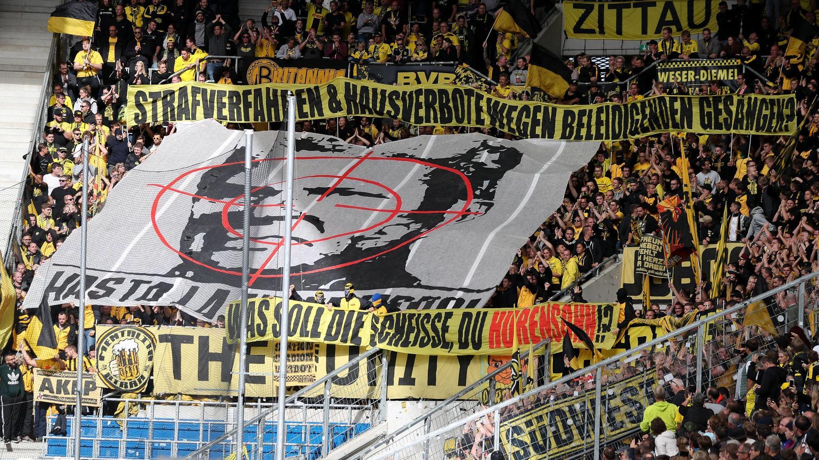 Fans von Borussia Dortmund präsentieren das umstrittene Plakat mit Dietmar Hopp im Fadenkreuz