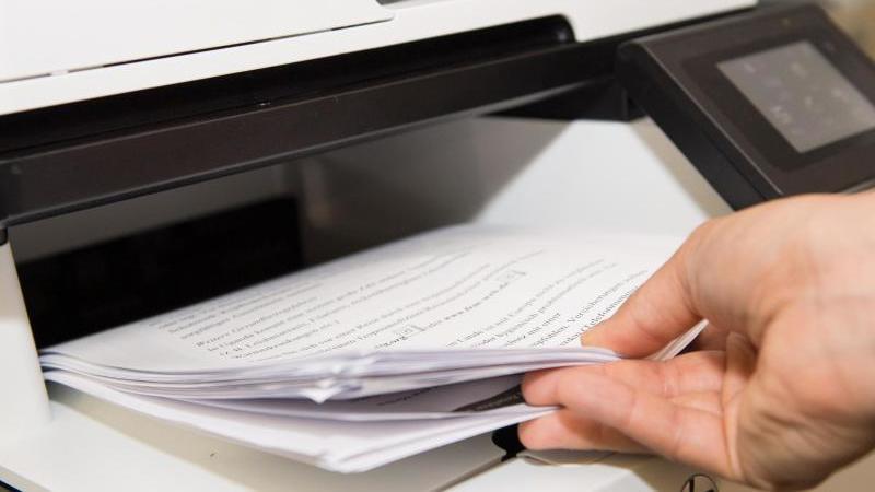 Ressourcen sparen bedeutet auch, zu überlegen, welche Dokumente unbedingt ausgedruckt werden müssen und welche man am PC bearbeiten kann. Foto: Robert Günther