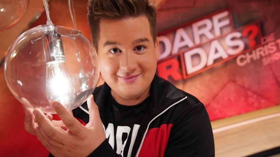 """In der vierten Staffel von """"Darf er das? Live! Die Chris Tall Show"""" will Comedian Chris Tall herausfinden, wie weit man heutzutage gehen kann."""