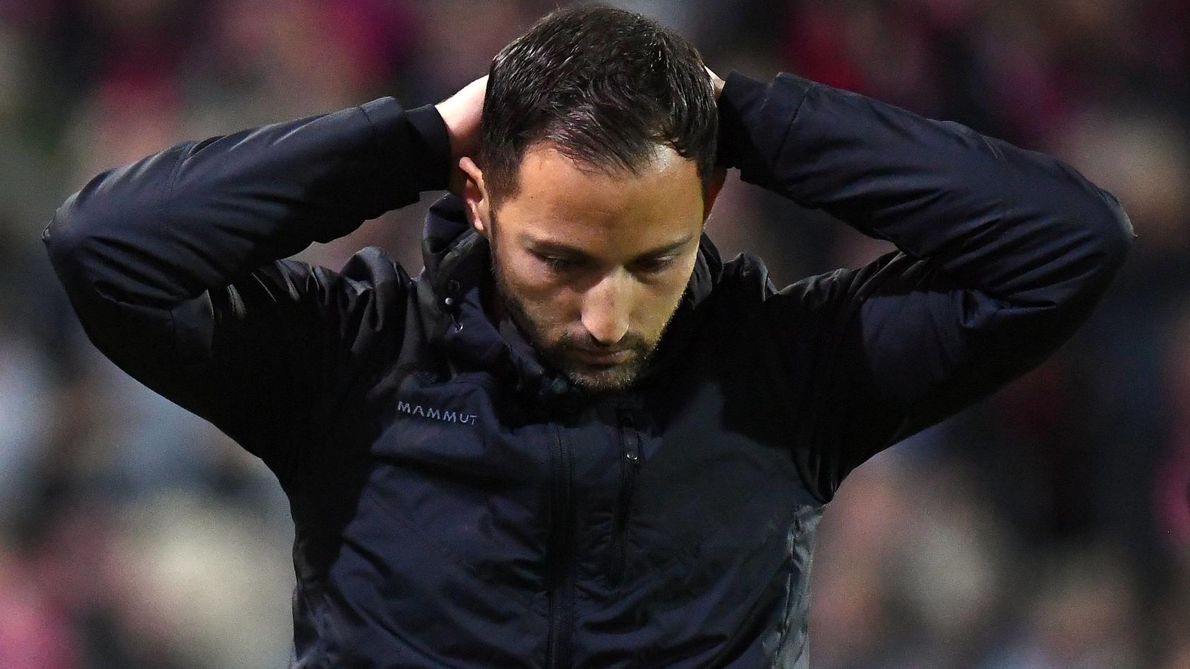 Das kann doch alles nicht wahr sein: Domenico Tedesco und Schalke kassierten in Freiburg die fünfte Pleite