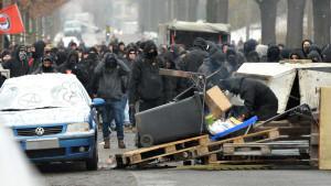 Die Proteste gegen einen Neonazi-Aufmarsch in Dresden bleiben nicht in allen Teilen der Stadt gewaltfrei. Mehrere Demonstranten durchbrachen die Absperrungen der Polizei.