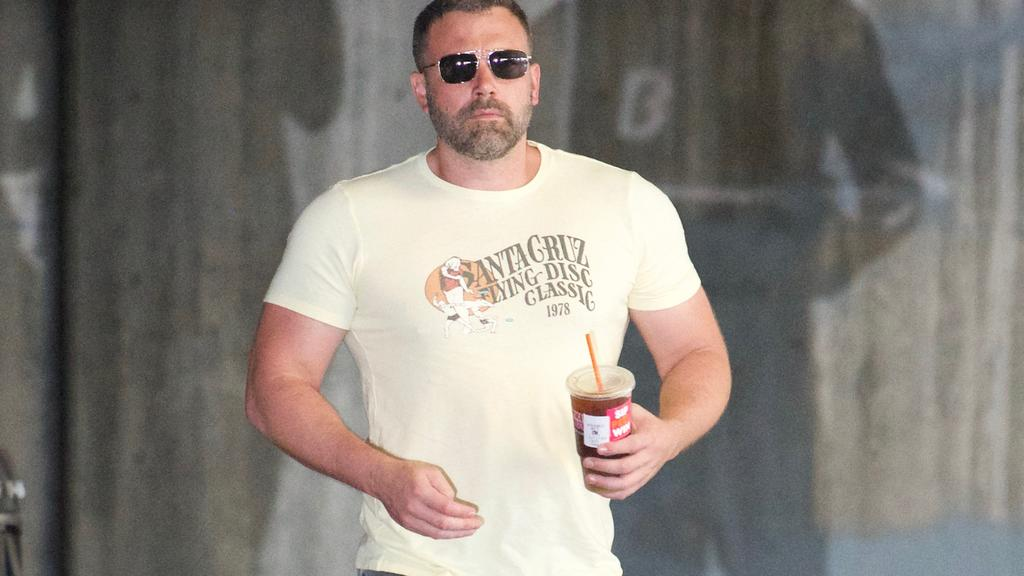 Ben Affleck going for meeting look really buff.Pictured: Ref: SPL5029714 011018 NON-EXCLUSIVEPicture by: Nadine / SplashNews.comSplash News and PicturesLos Angeles: 310-821-2666New York: 212-619-2666London: 0207 644 7656Milan: +39 02 4399 8577Sydney: