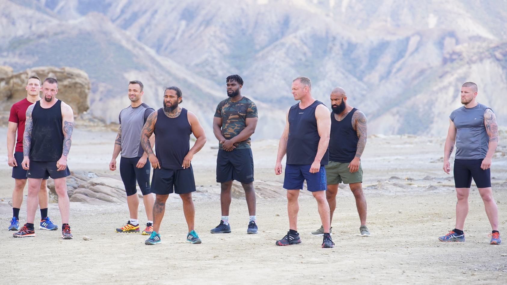 """Noch sehen die Jungs entspannt aus, aber das wird sich bald ändern. Denn """"Showdown - Die Wüsten-Challenge"""" ist nichts für Weicheier!"""