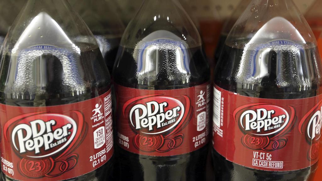 """ARCHIV - 28.04.2016, USA, Concord: AFlaschen mit dem Logo von Dr. Pepper stehen in einem Supermarkt-Regal. (zu dpa """"Reimann-Clan will weiter in alkoholfreie Getränke investieren"""") Foto: Jim Cole/AP/dpa +++ dpa-Bildfunk +++"""