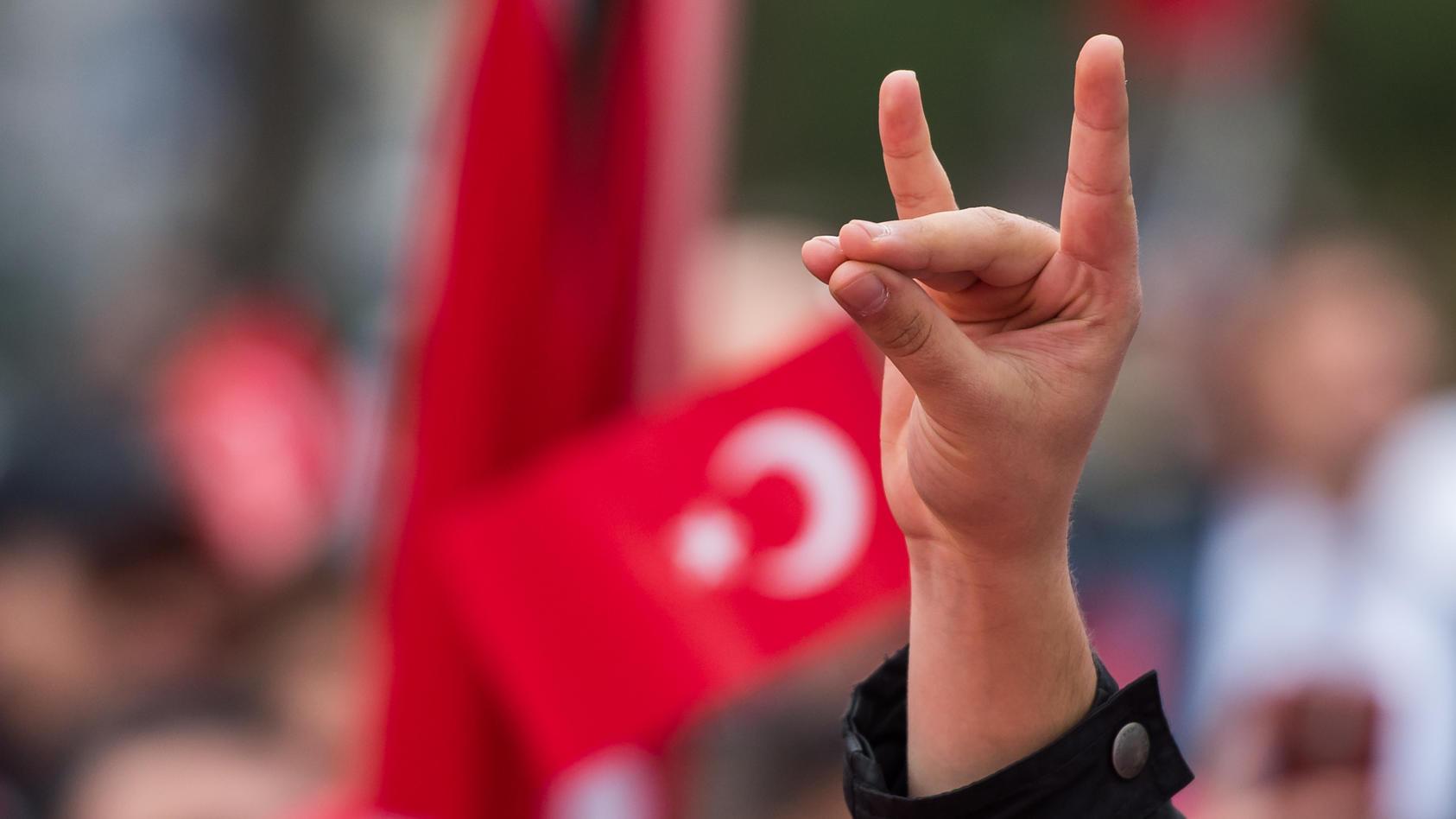 """Der """"Wolfsgruß"""" gilt als Zeichen von türkischen Ultra-Nationalisten."""