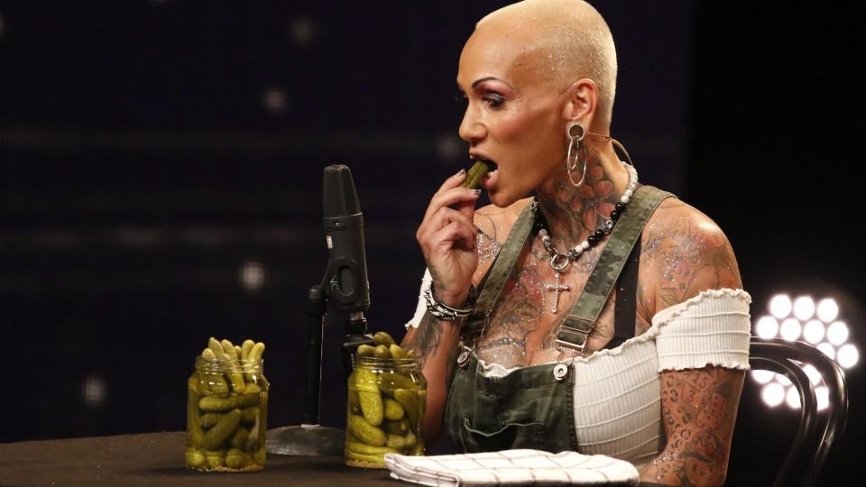 Kathleen Walther aus Essen isst Gurken vor einem empfindlichen Mikrofon – und die Jury traut ihren Ohren kaum.